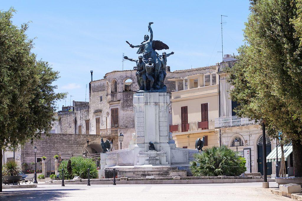 monumento ai caduti a rutigliano in piazza XX settembre